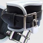 BHW1 - Gepolsterte Handfesseln - schwarz / weiß